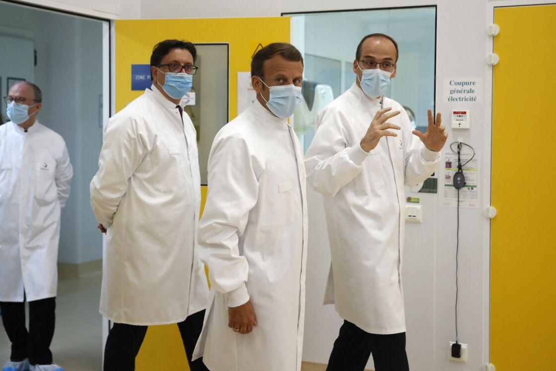 Emmanuel Macron en visite dans un laboratoire