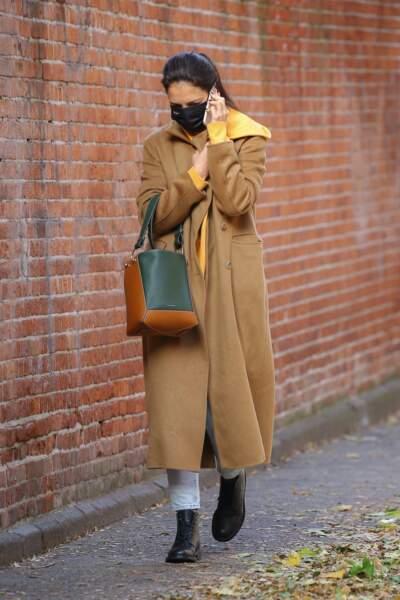 Katie Holmes est une adepte de la combinaison Sweat à capuche et manteau long pour un look de ville casual et chic