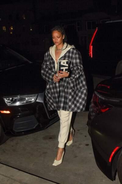Pour un look urbain, la chanteuse Rihanna superpose une surchemise ample au dessus de son sweat beige oversize