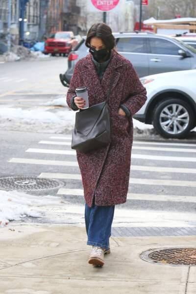 Katie Holmes fidèle à son style street chic porte un long manteau, un jean large et un sweet col cheminée pour affronter l'hiver.