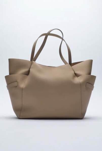 Sac shopper XXL en simili cuir taupe avec ses poches à l'avant, 22,95€, Zara