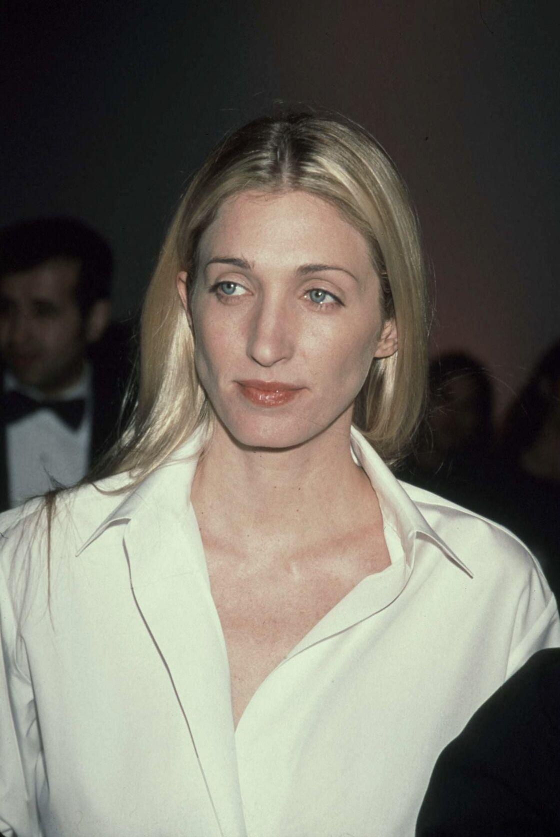 Carolyn Bessette-Kennedy, plus élégante que jamais, vêtue d'une simple chemise blanche.