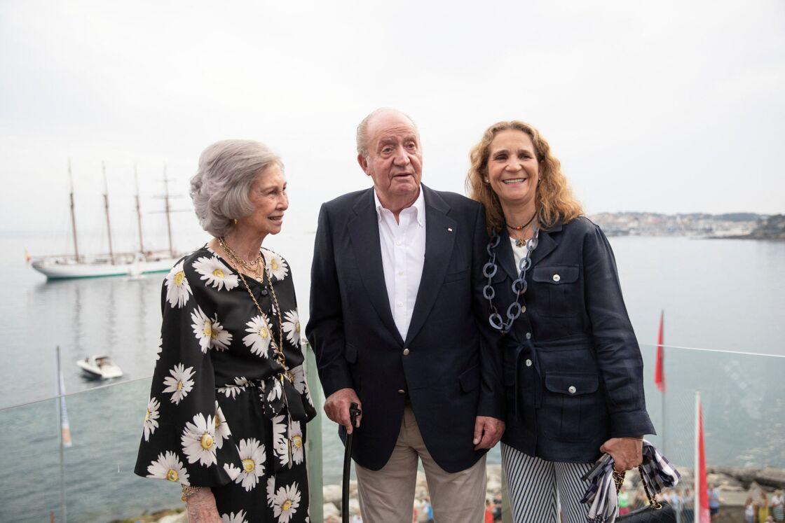 L'infante Elena (à droite), avec son père Juan Carlos et sa mère, la reine Sofia, en juillet 2019.