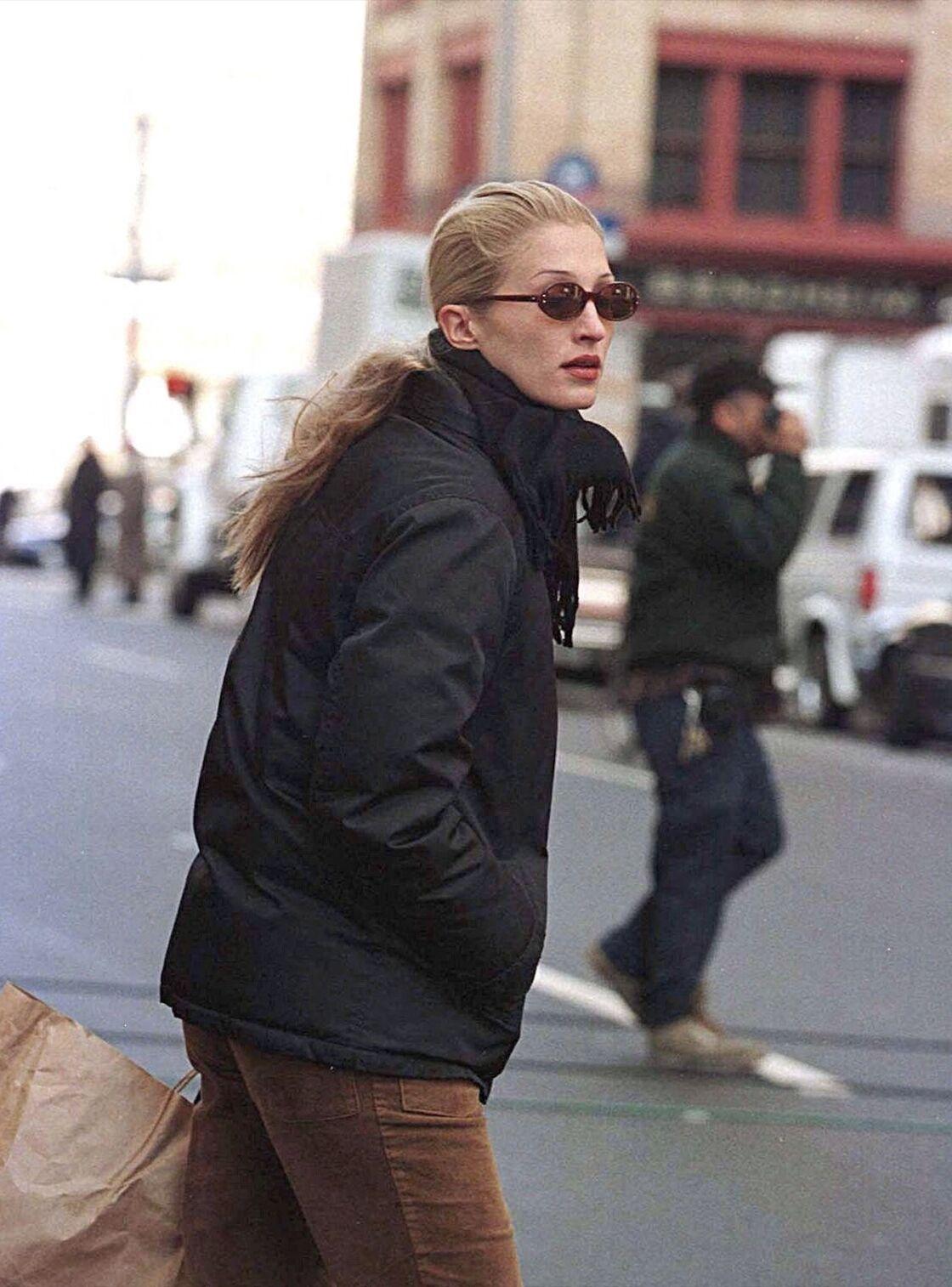 Carolyn Bessette jamais sans sa doudoune noire dans les rues de New York dans les années 90