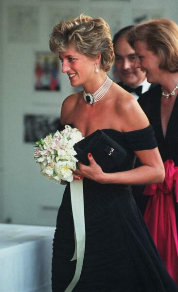 La princesse Diana, en 1994, avec sa tenue signée Christina Stambolian, lors de sa visite de la Serpentine Gallery.