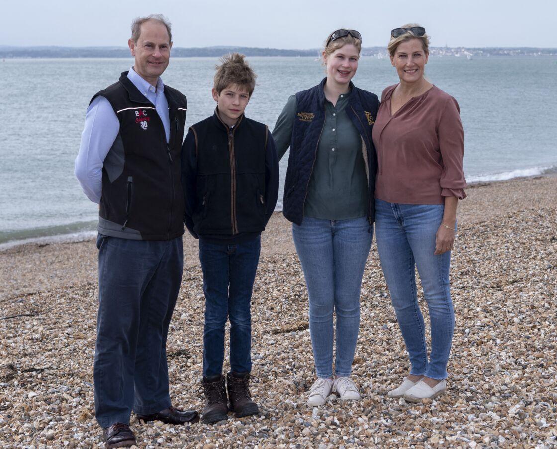 Edward de Wessex, James Windsor-Mountbatten, Lady Louise Windsor et Sophie de Wessex sur la plage de Southsea dans le cadre de l'opération Great British Beach Clean, le 21 septembre 2020
