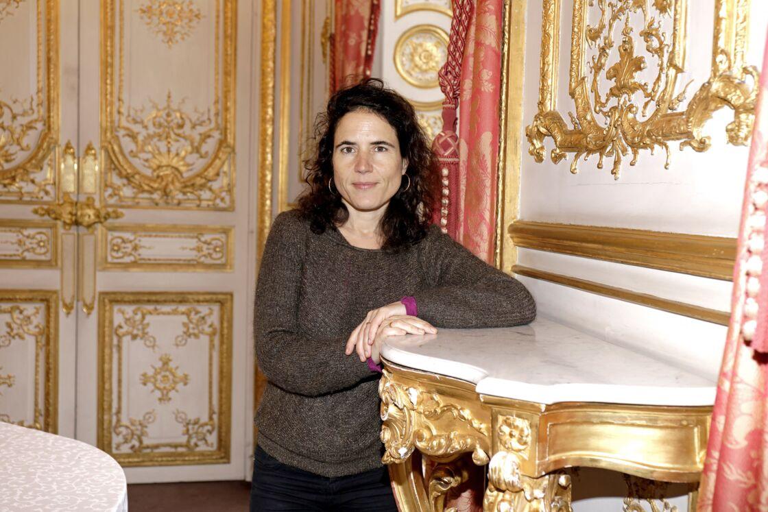 Ce n'est qu'en 1994, soit vingt ans après sa naissance, que les Français découvrent officiellement l'existence de la fille de François Mitterrand en Une de Paris Match.