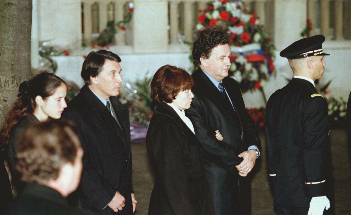 Danielle Mitterrand, entourée de ses fils Jean-Christophe et Gilbert, ainsi que de Mazarine Pingeot, lors des obsèques de François Mittterrand le 11 janvier 1996.