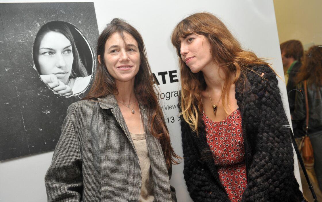 Charlotte Gainsbourg et sa demi-sœur Lou Doillon en 2013, lors d'une exposition photo de Kate Barry