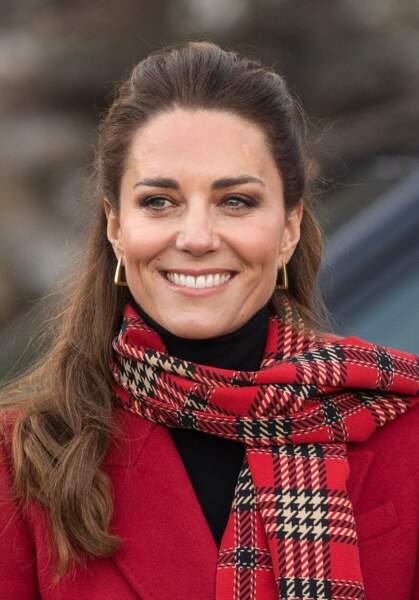 Kate Middleton adopte l'écharpe xxl à carreaux et le manteau roue, deux grandes tendances mode de cet hiver 2021, ici le 8 décembre 2020.