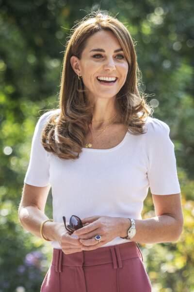 Kate Middleton en top col bateau et pantalon coloré le 22 septembre 2020.