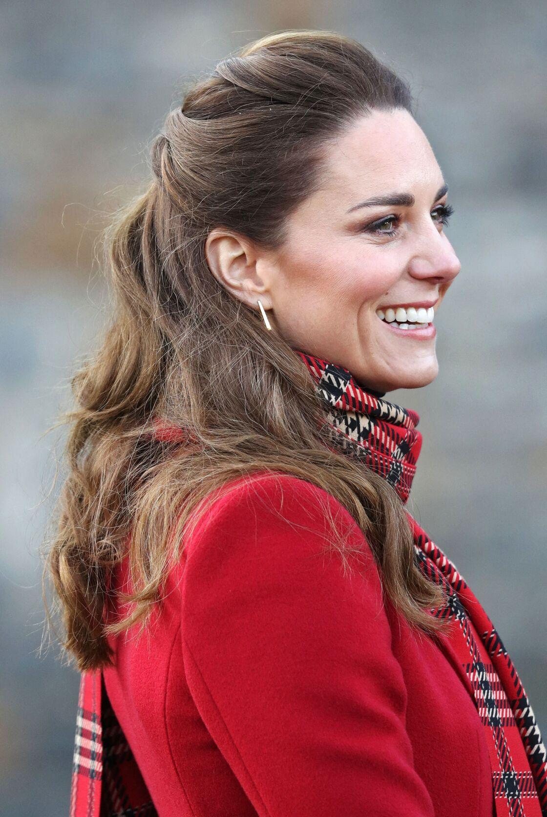 Kate Middleton adore la demi-queue de cheval qu'elle twiste très souvent