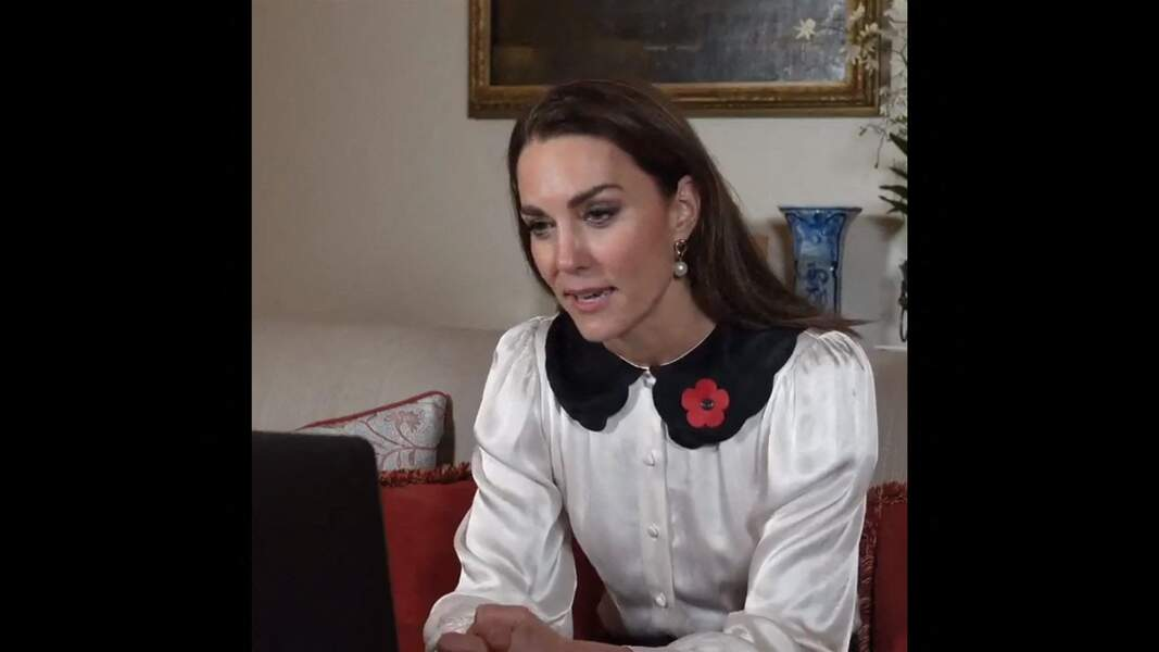 Kate Middleton est devenue la reine des tenues de confinement chics et décontractées comme cette blouse au col stylé,  le 11 novembre 2020.