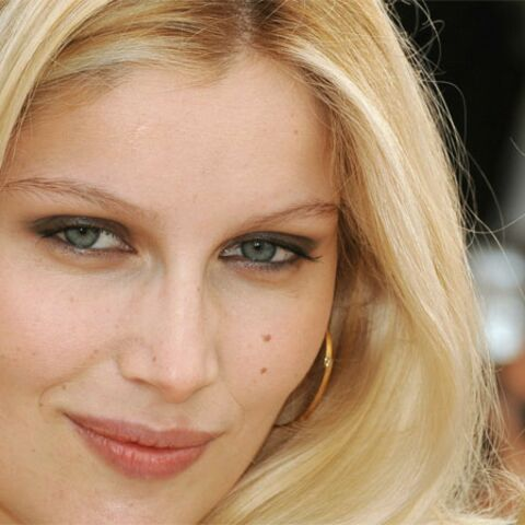 Laetitia Casta ferme les marches à Cannes