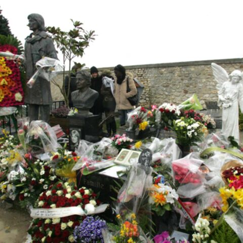 Des fans et des fleurs sur la tombe de Claude François