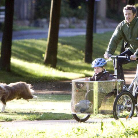Le prince Frederik de Danemark a sa méthode pour conduire son fils à l'école