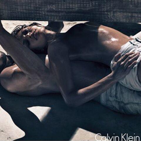 PHOTOS- Eva Mendes se dénude pour Calvin Klein