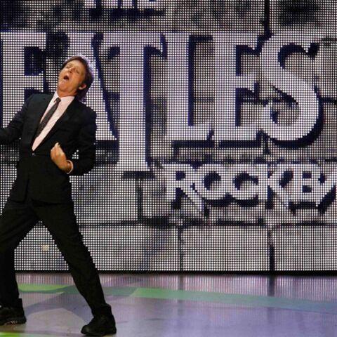 REGARDEZ- Paul McCartney joue de la guitare pour de faux!