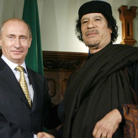 Vladimir Poutine et Mouammar Khadafi  charmés par Mireille Mathieu