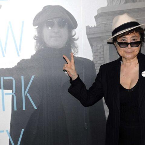 La veuve de John Lennon déshabille le mort