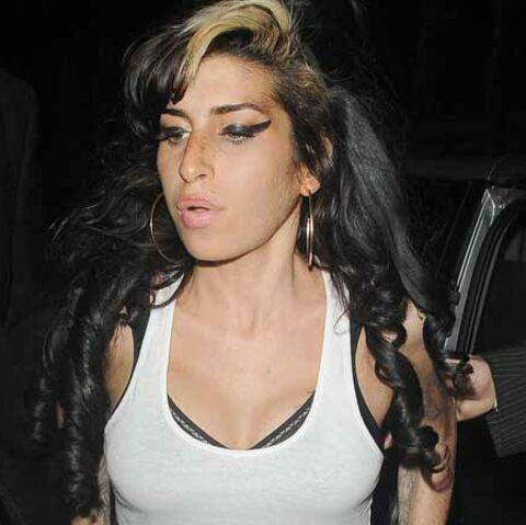 VIDEO- Amy Winehouse: ses nouveaux seins sont à se damner… de douleur
