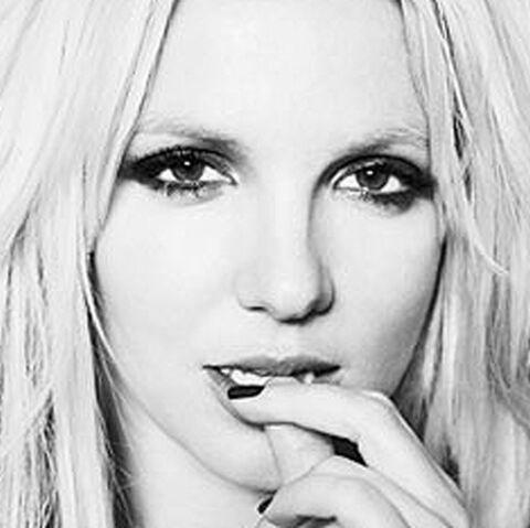 Britney Spears: elle dévoile ses reins beaux et montre tout vers l'aine