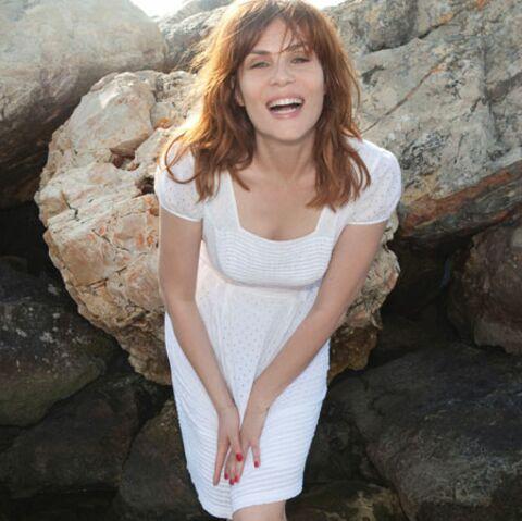 Dingue: l'album léger d'une Emmanuelle Seigner déterminée