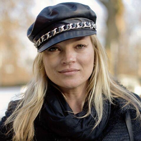 Kate Moss fait le grand écart
