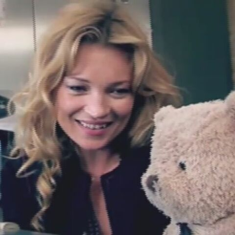 Vidéo – Kate Moss dingue d'un ours en peluche