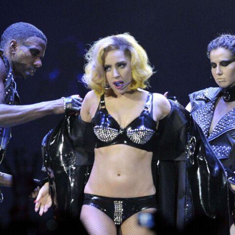 VIDEO – Lady GaGa se jette nue dans la foule