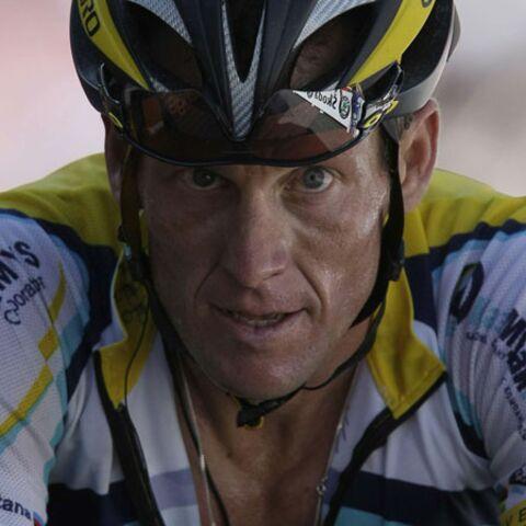 Armstrong assis par terre et Contador(mir) debout