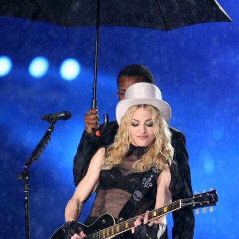 Vidéo: Madonna glisse sur une pente raide
