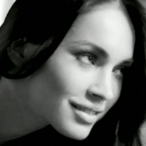 VIDEO- Megan Fox nous remet le feu en dessous Armani
