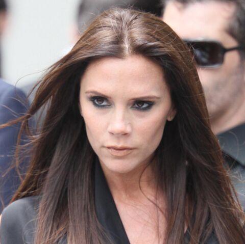 Victoria Beckham vide le contenu de son sac