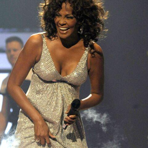 Whitney Houston créé le buzz avec ses bretelles