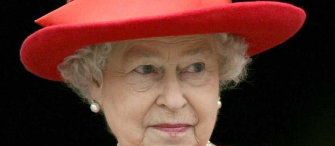 Elisabeth II dans le rouge