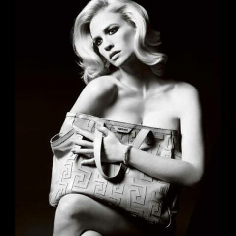 January Jones pose pour Versace
