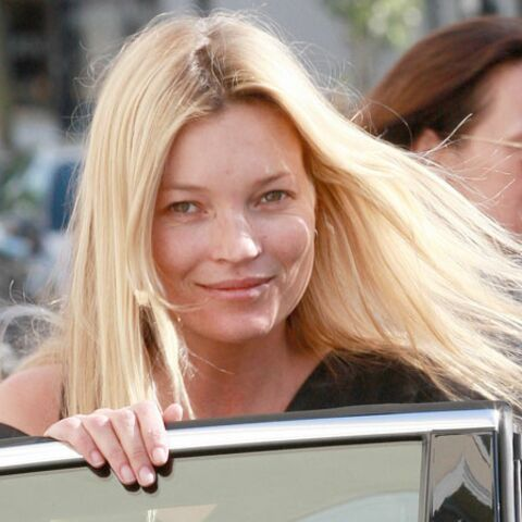 Kate Moss roule topless pour Pirelli