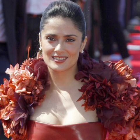 Salma Hayek, divine dans une robe-fleurs Gucci
