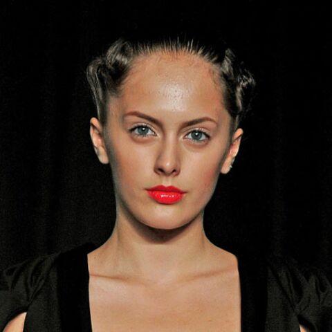 Tendance beauté des défilés – Beautés néo-futuristes chez Fatima Lopes