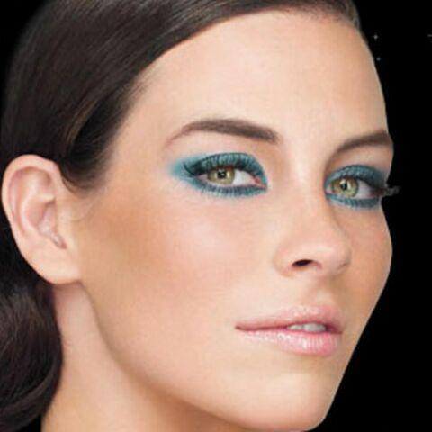 Un maquillage bleu pour l'été