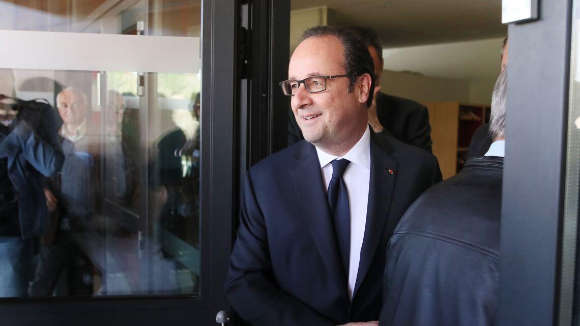 VIDEO – François Hollande «oublie» de prendre le bulletin de de vote Benoit Hamon…