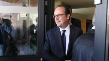 VIDEO – François Hollande « oublie » de prendre le bulletin de de vote Benoit Hamon…
