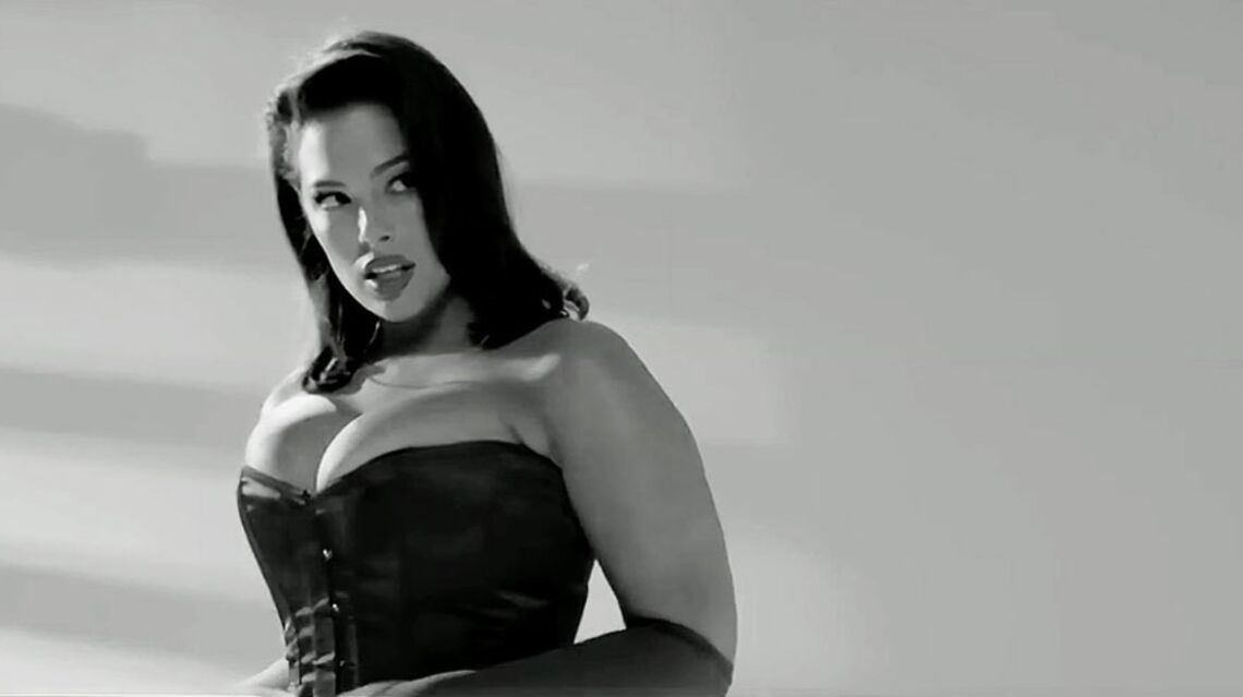 VIDEO – Le mannequin XXL Ashley Graham se glisse dans la peau de Jessica Rabbit