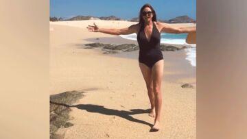 """VIDÉO – Caitlyn Jenner réalise """"un des rêves"""" de sa vie: marcher en maillot de bain sur la plage"""