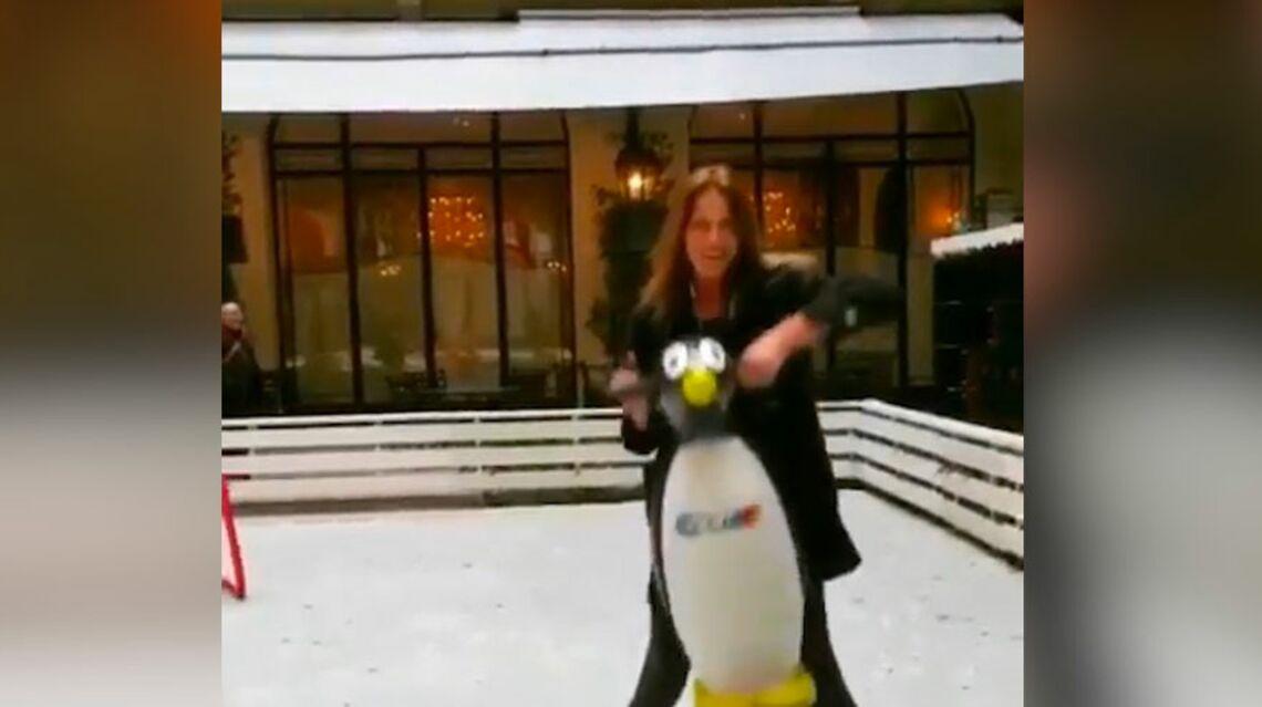 VIDEO- Carla Bruni fait découvrir le patin à glace à Giulia avec un pingouin