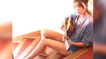 VIDEO – Carla Bruni: En minishort et guitare à la main, elle ravit ses fans avec un extrait de son nouvel album