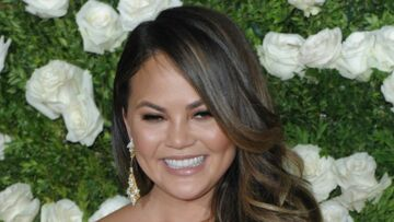 VIDEO – Chrissy Teigen, la femme de John Legend, victime d'un accident de robe