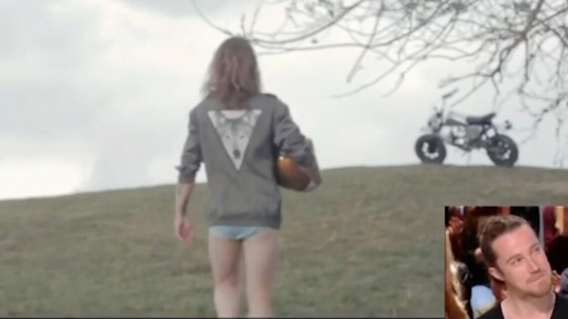 VIDEO- Julien Doré nu mais en chaussettes, le chanteur comme vous ne l'avez jamais vu