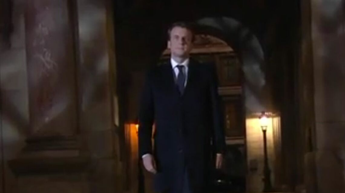 VIDEO – Emmanuel Macron guidé dans le noir dans la cour du Louvre: les coulisses de l'image historique